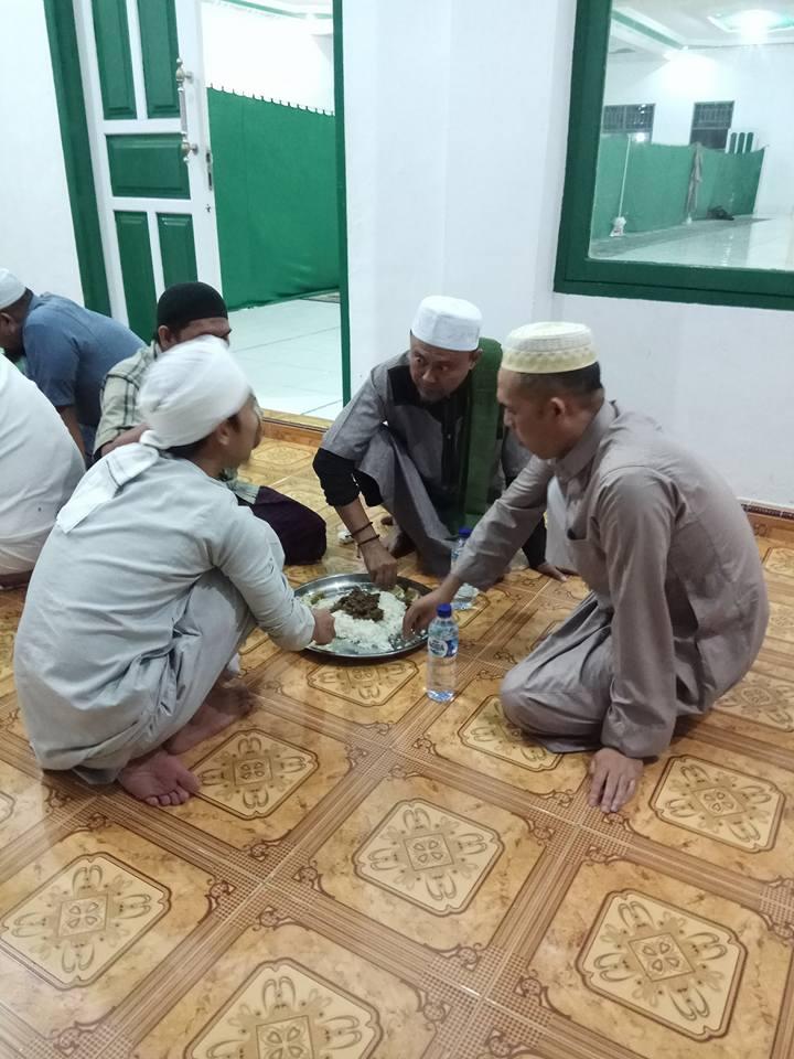 Luar Biasa, Ikut Sunnah Rasul Bupati Ini Duduk Sama Rendah dan Makan Satu Nampan Dengan Jamaah