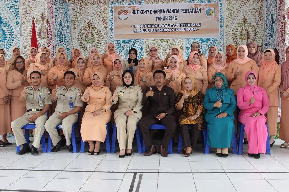 Foto bersama pengurus Dhama Wanita Persatuan Kotamobagu