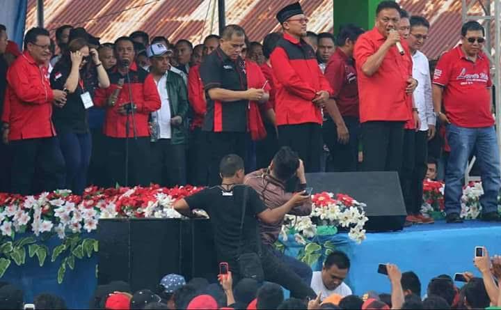 Herson Mayulu saat mendampingi Ketua DPD PDIP Sulut Olly Dondokambey di podium kampanye pasangan Yasti-Yanny