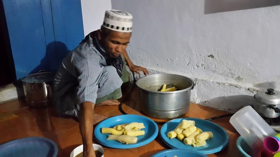 Pejabat Bolsel Ini Rela Layani Jamaah Dengan Menyajikan Makanan