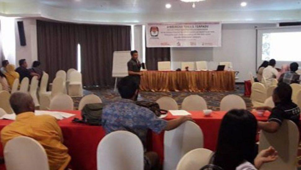 Komisioner KPU Bolmong Rully Halaa SSos saat memberikan materi dalam Bimtek Pemungutan dan Perhitungan Suara