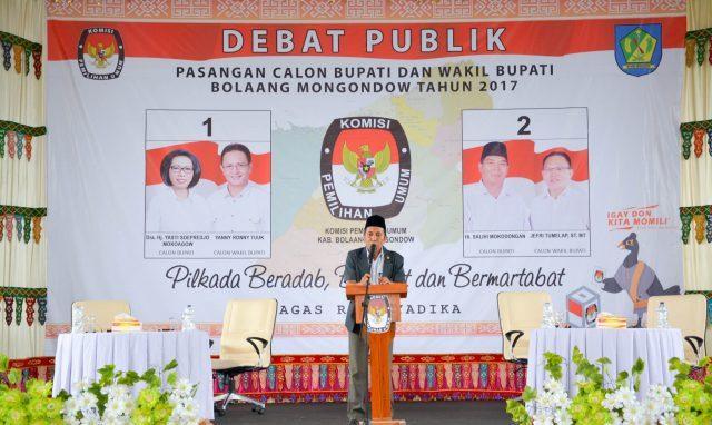 Ketua KPUD Bolmonng Fahmi Ghazali Gobel saat memberikan sambutan dalam pelaksanaan debat kandidat tahap kedua