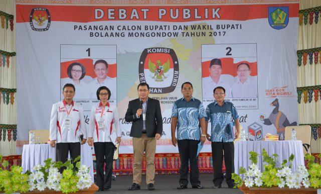 Moderator Debat kandidat tahap kedua, DR Ferry Liando memperkenalkan dua pasangan calon Bupati dan Wakil Bupati Bolmong