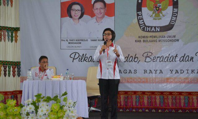 Calon Bupati Bolmong Nomor Satu yasti Soepredjo Mokoagow saat memaparkan pembahasannya dalam debat kandidat tahap kedua