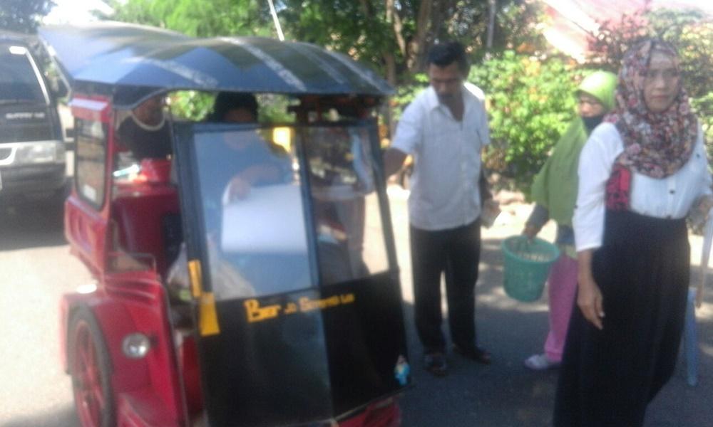 Para pengendara bentor ikut diberikan alat peragha sosialiasi oleh penyelenggara pemilu di Kabupaten Bolmong