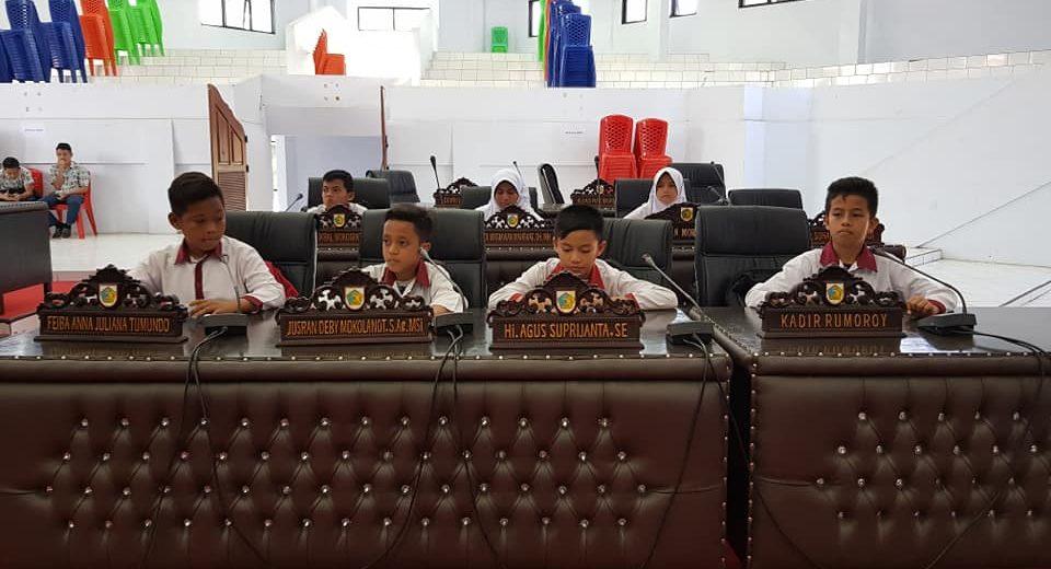 Siswa Sekolah Dasar 'Duduki' Kantor DPRD Kotamobagu