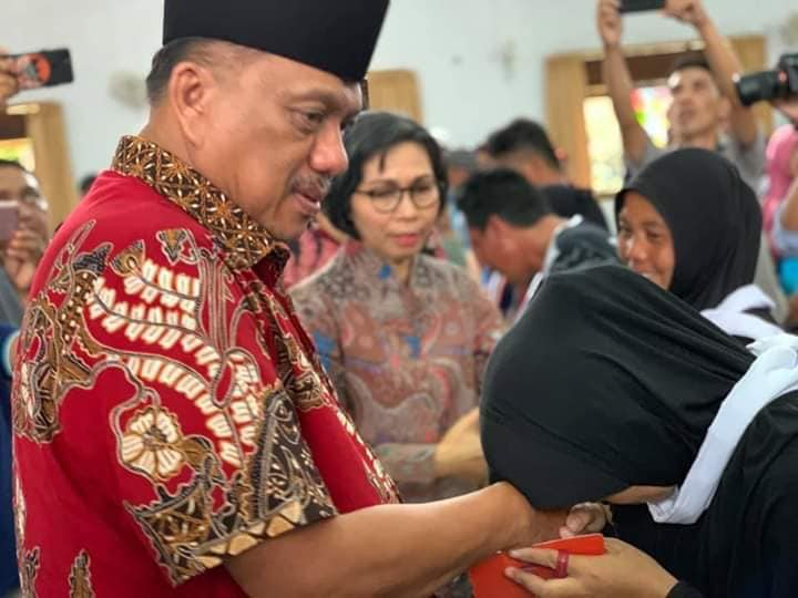 Bupati Bolmong Bersama Gubernur Berikan Santunan Kepada Korban Longsor Bakan