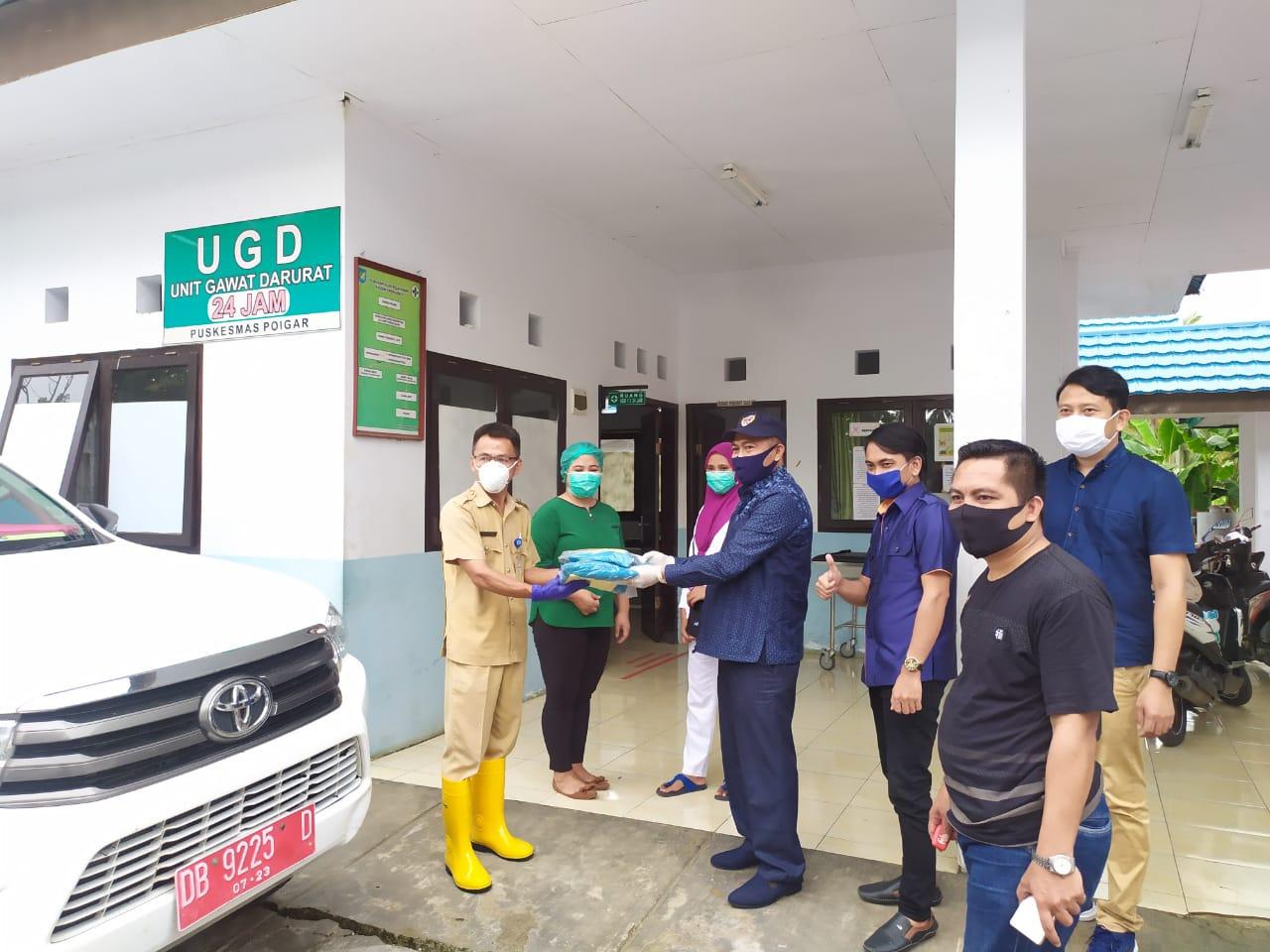 Sukron Serahkan Bantuan APD  di Tiga Puskesmas dan Posko Perbatasan Bolmong-Minsel