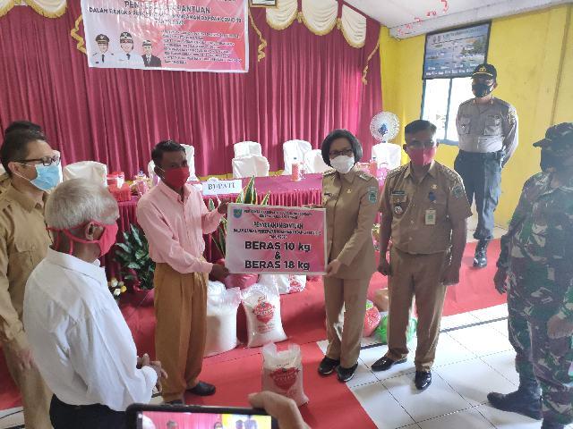 Yasti Kunjungi Kecamatan Sangtombolang dan Lolak Serahkan BPNT Tahap IV