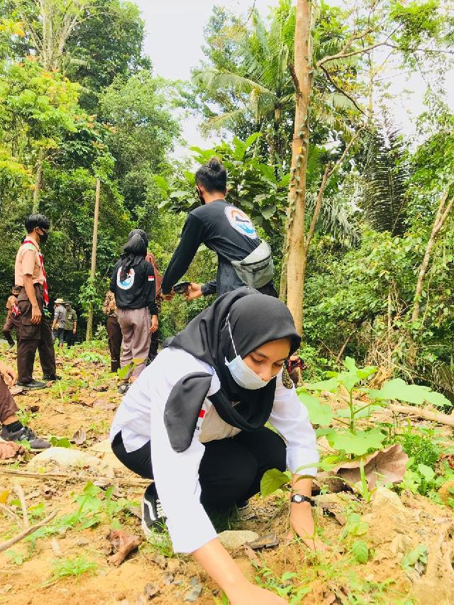 Pemuda Bolsel Tanam Puluhan Pohon di Hari Sumpah Pemuda