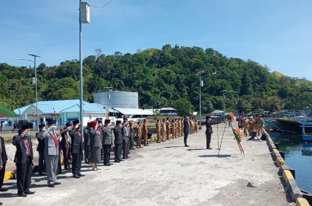 Tahlis Pimpin Upacara Pelarungan Bunga di Hari Pahlawan