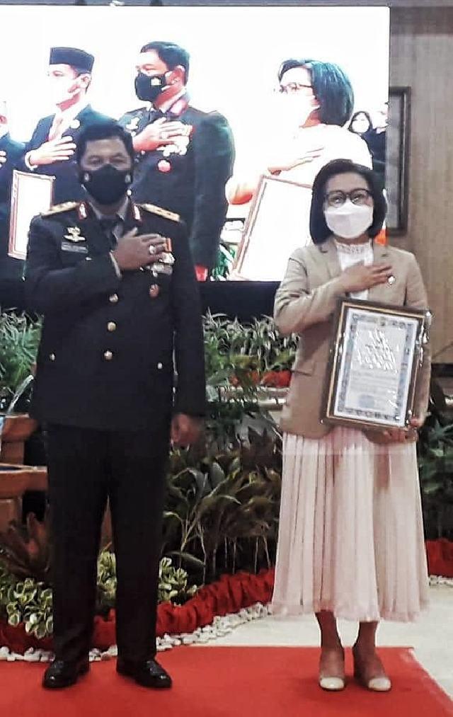 Yasti Raih Penghargaan Kapolda Sulut Atas Kontribusi Pembangunan Mapolres