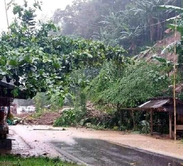 Dua Titik Longsor di Desa Komangaan, Akses Jalan Tak Bisa Dilewati