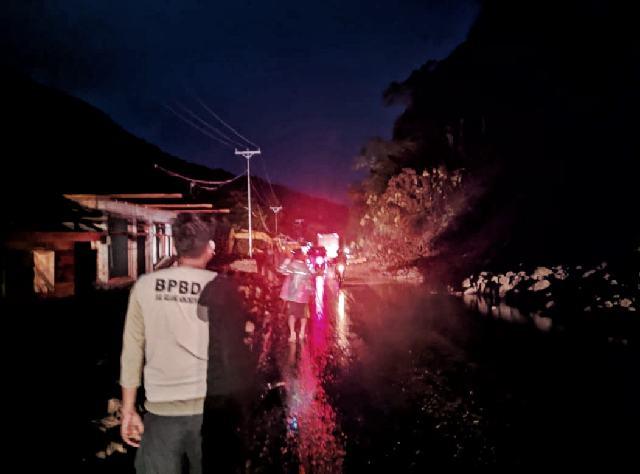 Longsor Kembali Terjadi di Ruas Jalan Desa Komangaan