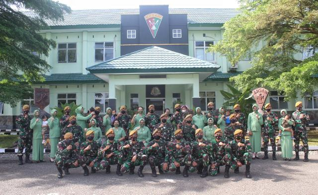 Danyon Armed 19 Pimpin Upacara Kenaikan Pangkat Prajurit Batalyon Armed 19/105 Tarik/Bogani