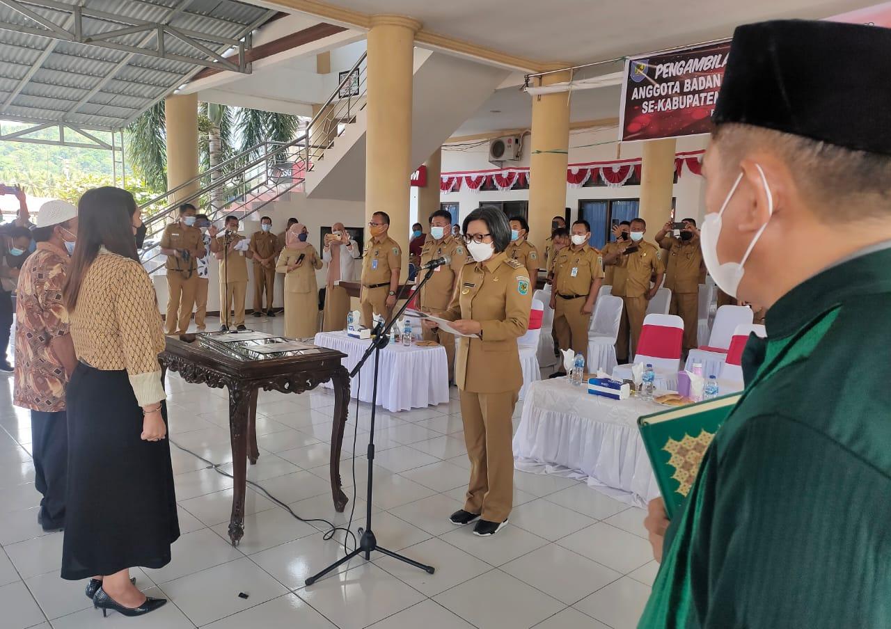 Yasti Memimpin Sumpah Janji Anggota BPD Dari Lima Kecamatan