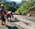 Bantu Warga, PT. PP di Proyek Bendungan Lolak Ikut Bersihkan Ruas Jalan Provinsi