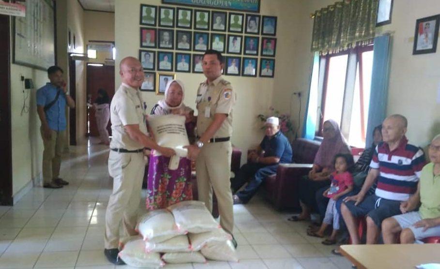 Belasan Kepala Keluarga Kurang Mampu di Gogagoman Terima Beras CPP
